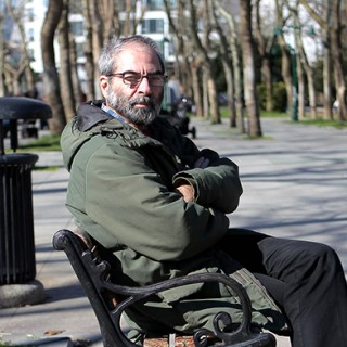 Ümit Kivanc sitzt auf einer Bank im Gezi-Park